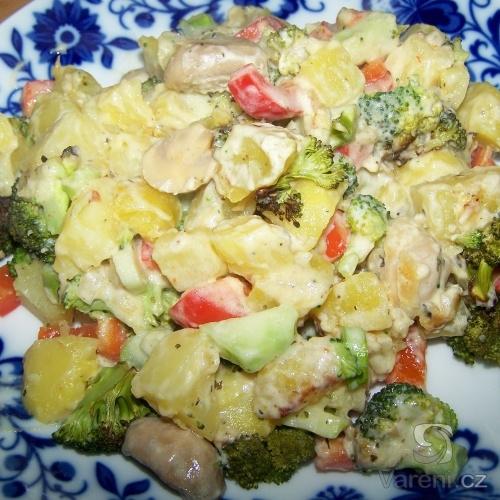 Brambory zapečené s brokolicí a sýr. omáčkou